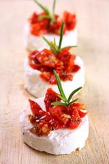 Frischkäse-Canapees mit Tomaten und Rosmarin