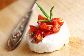 Feiner Käsetaler mit getrockneten Tomaten