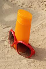 Sonnenbrille und Sonnencreme