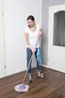 Frau putzt den Boden