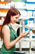 Kundin in einer Apotheke oder Drogerie kauft ein