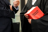 Anwältin mit Gesetzbuch und Mandant