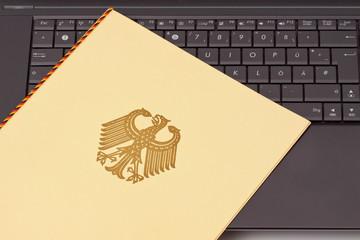 Akte, Unterlagen, Mappe mit Bundesadler auf Computer Tastatur