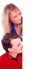 Paar schaut auf weiße Tafel