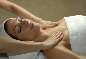 Joven mujer recibiendo un tratamiento facial en un spa.