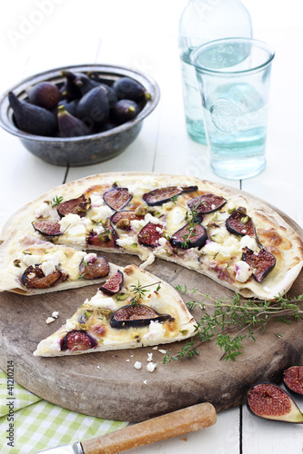 Pizza with figs and cheese