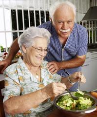 Señores abuelos cocinando en una cocina