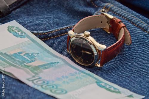 деньги и часы на джинсах