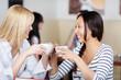 freundinnen trinken kaffee zusammen