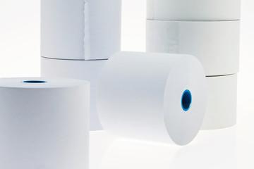 Papier rollt auf weißem Hintergrund