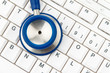 Computer Tastatur und Stethoskop. EDV für Ärzte.