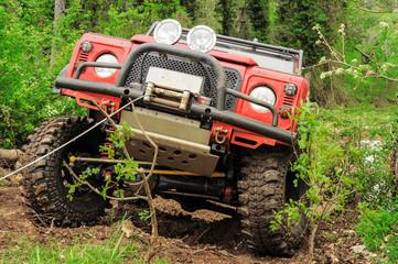 fuoristrada rosso nel bosco