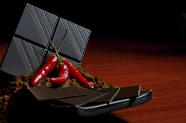 Dunkle Schokolade mit Chilischoten