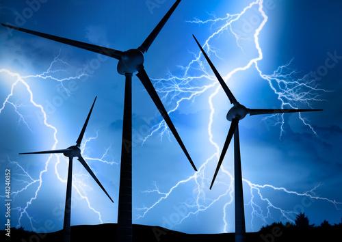 Windräder im Gewitter