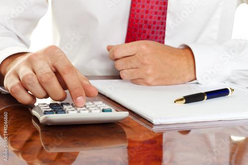 Manager mit Taschenrechner