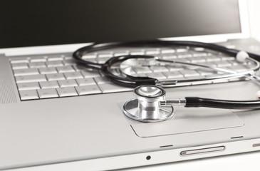 Notebook und Stethoskop