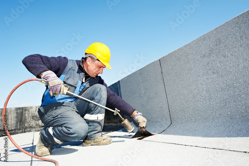 Leinwanddruck Bild Flat roof covering works with roofing felt
