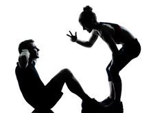 une femme homme couple de l'exercice d'entraînement de remise en forme