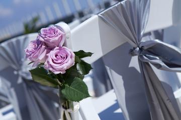 Sedia con fiocco e rose