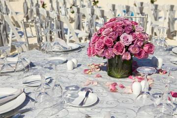 Tavolo  matrimoniale con ciotola di rose.