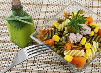 Ensalada de pasta tricolor con verduras y atún.