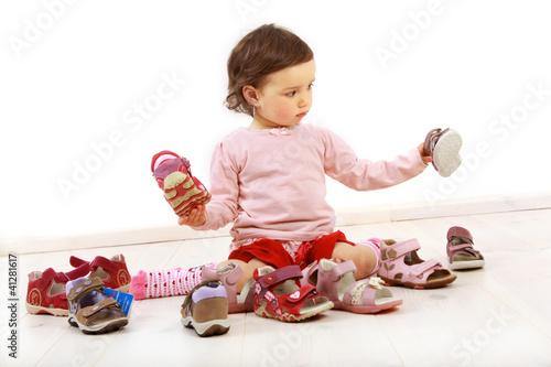 Kleinkind freut sich über ein Paar Schuhe
