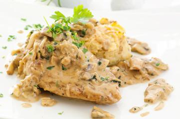 Hähnchen mit Kartoffeln und Pilzsauce