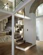 scala di legno e ferro nel in soggiorno