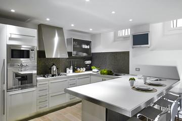 cucina moderna con penisola e parquet
