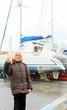 enfant, signe de la main, sur le port