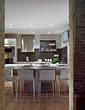 cucina moderna con pavimento di legno