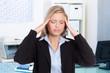 geschäftsfrau mit migräne