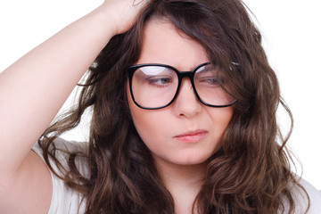 junge frau mit brille rümpft die nase