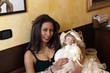 giovane ragazza con una bambola in braccio