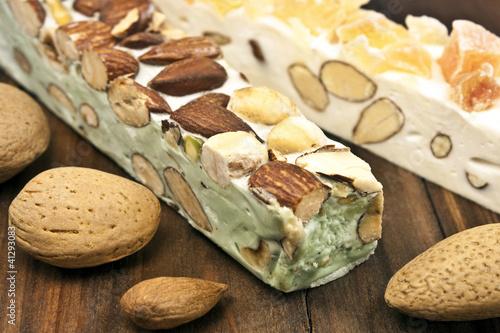 Pistazien-Nougat und weißer Nougat mit kandierten Früchten
