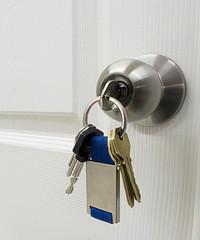 cerradura de puerta con llaves colgando
