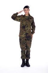 Perfekter Soldat Gruß, junge Soldatin grüßt förmlich