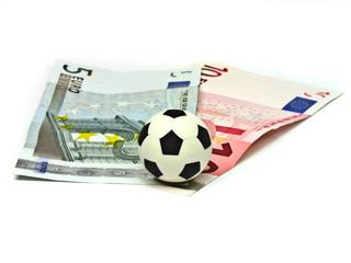 Bola de futebol em notas de cinco e dez euros