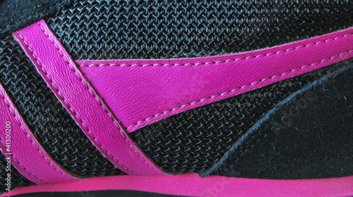 Detail eines Turnschuhs in pink und schwarz