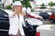 Junge KFZ Verkäuferin mit Megafon verkauft Auto