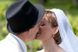 jeunes mariés qui s'embrassent tendrement - LO