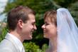 Jeunes mariés souriants - LO