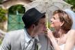Jeunes mariés sous une ombrelle - LO