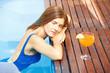 Entspannte Frau im Pool am Beckenrand