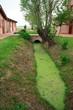 canale di irrigazione e casolare nella campagna veneta
