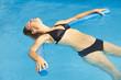 Frau im Bikini im Pool