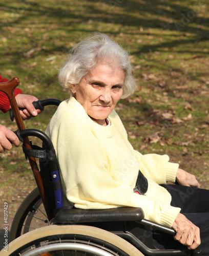 Rentnerin im Rollstuhl © Wissmann Design