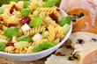 Italienischer Pasta-Salat mit Olivenbrot