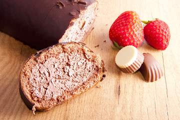 pastel de chocolate sobre la mesa con fresas y bombones