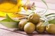 aceitunas verdes con aceite y hojas